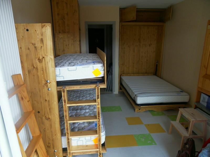 Deux lits escamotable dans studio de 18 m2 vercors literie - Amenagement cuisine studio montagne ...
